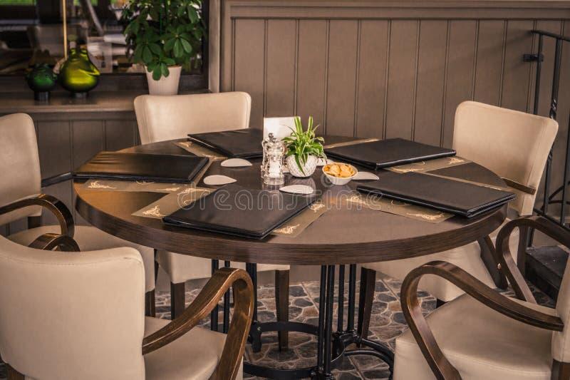 与菜单` s餐馆的圆桌 免版税库存照片