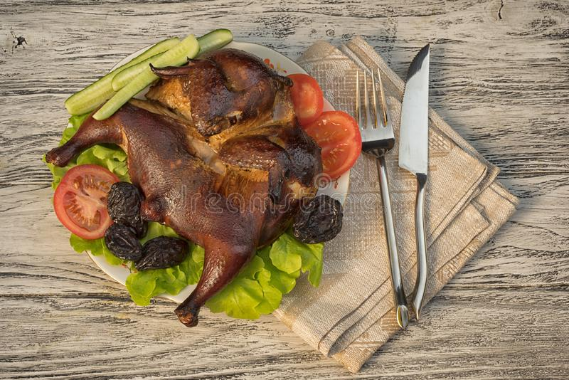 与菜和修剪的熏制的烟草鸡 免版税库存图片