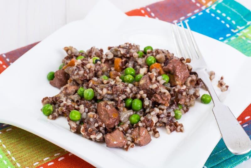 与菜和切片的煮沸的红色米在woode的鸡 库存照片