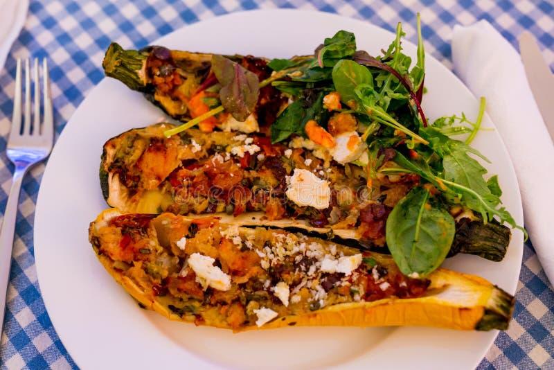 与菜和希腊白软干酪顶部的被充塞的夏南瓜 库存图片