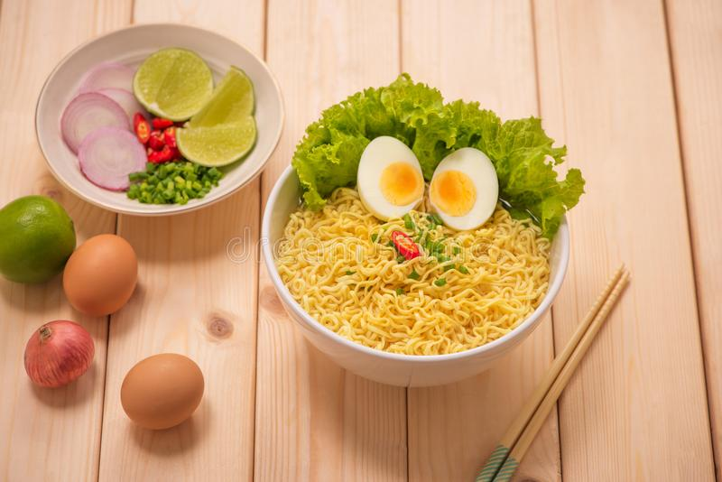 与菜和煮沸的鸡蛋的亚洲面条 库存图片