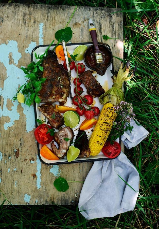 与菜和玉米的BBQ肋骨 免版税图库摄影