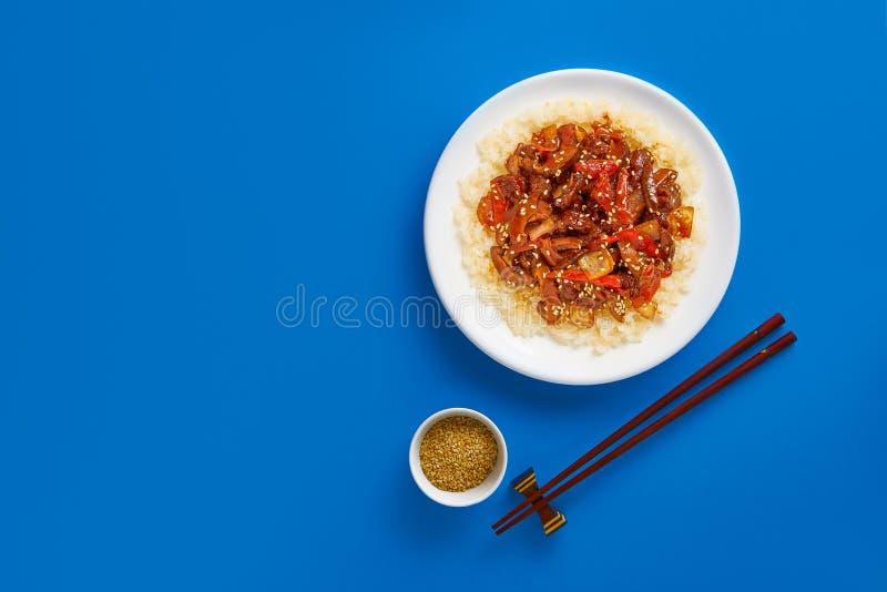 与菜和米的糖醋油煎的猪肉大块 r 免版税图库摄影