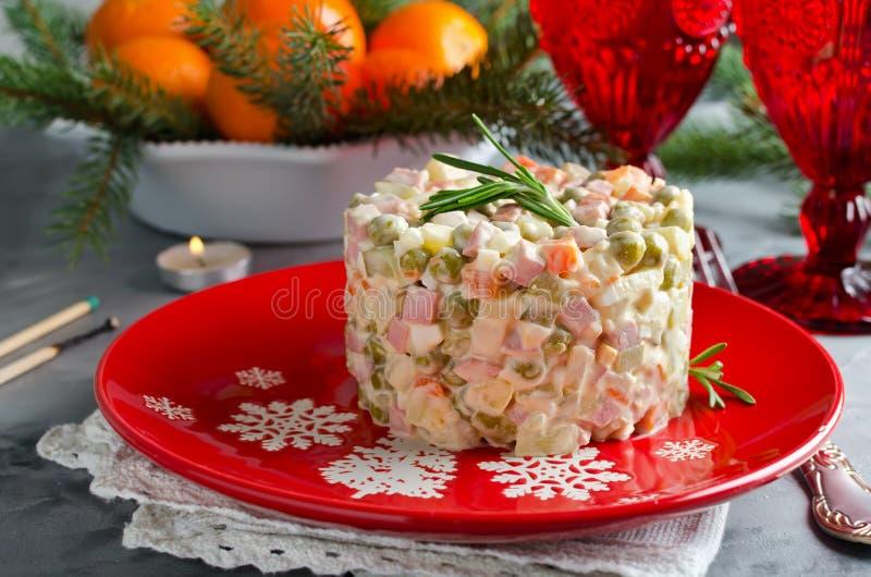 与菜和肉的俄国传统沙拉奥利维尔 免版税库存照片