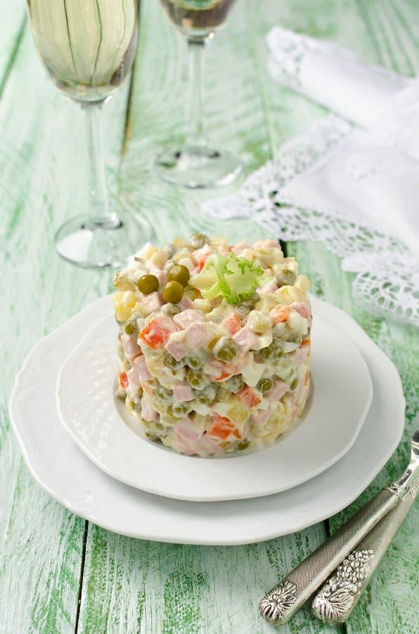 与菜和肉的俄国传统沙拉奥利维尔 库存照片