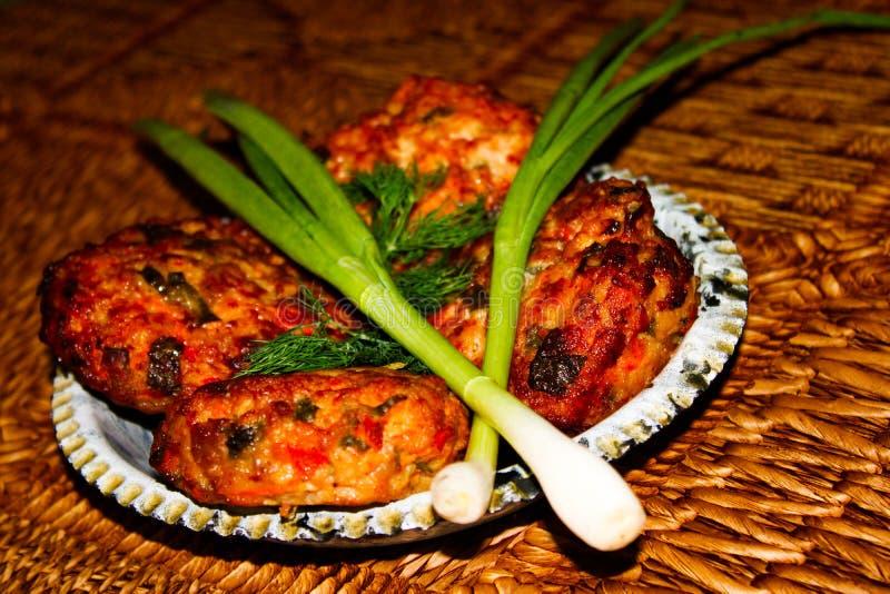 与菜和草本的煮熟的自创肉炸肉排 库存照片