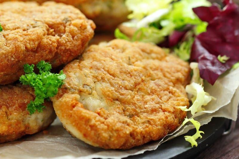 与菜和草本的鸡炸肉排 图库摄影