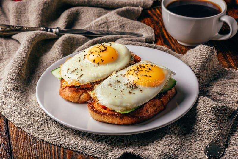 与菜和荷包蛋的多士与咖啡 库存照片