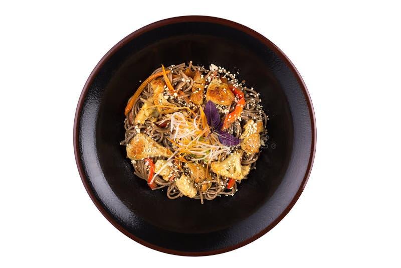 与菜和蘑菇的荞麦面条用在白色背景隔绝的teriyaki调味汁 在黑pla的荞麦面条 免版税库存图片