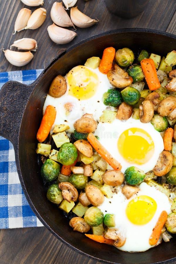 与菜和蘑菇的被烘烤的鸡蛋 免版税库存照片