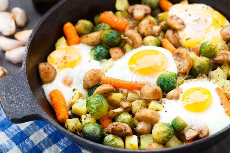 与菜和蘑菇的被烘烤的鸡蛋 免版税图库摄影