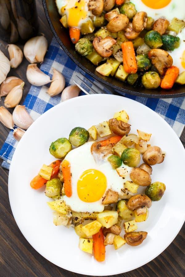 与菜和蘑菇的被烘烤的鸡蛋 免版税库存图片
