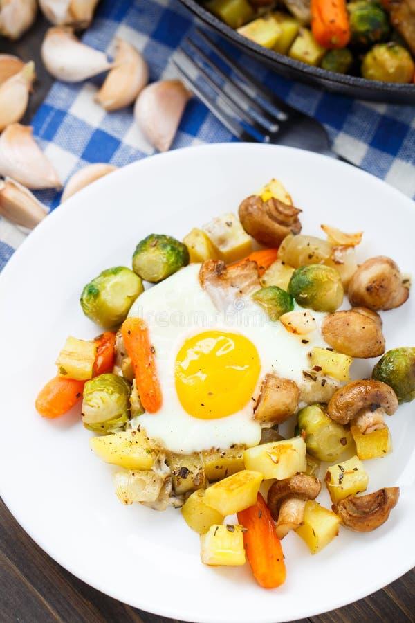 与菜和蘑菇的被烘烤的鸡蛋 库存照片
