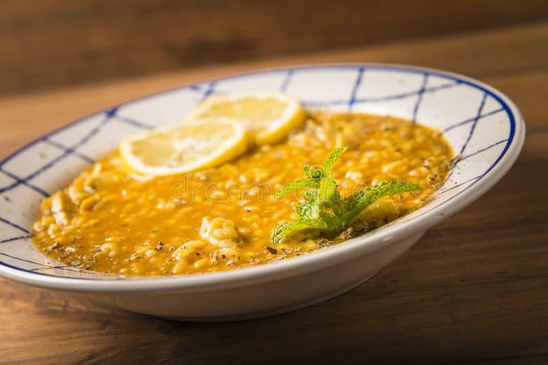 与菜和香料的鸡米在一张木桌上提出了 图库摄影