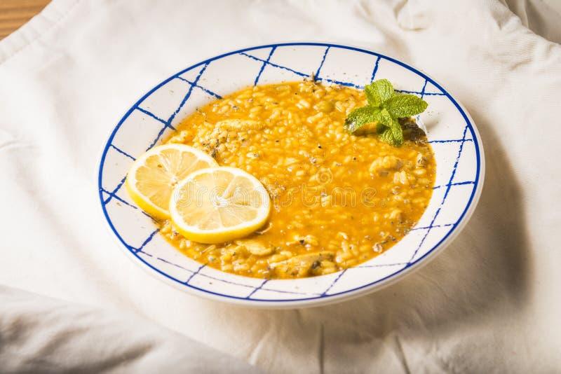 与菜和香料的鸡米在一张木桌上提出了 库存照片
