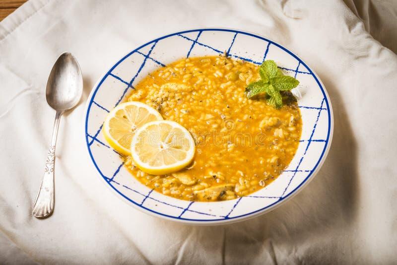 与菜和香料的鸡米在一张木桌上提出了 库存图片