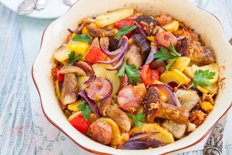 与菜和香肠的被烘烤的土豆 图库摄影