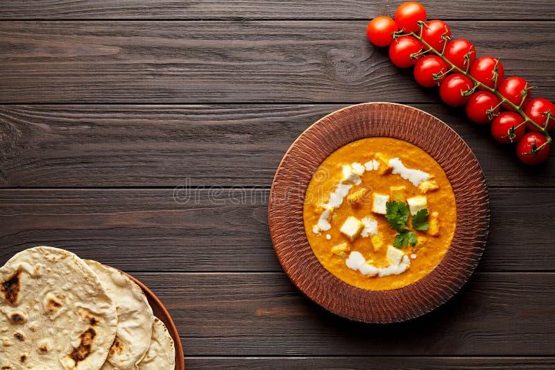 与菜和黄油paneer乳酪的沙赫paneer传统印度素食小汤膳食 免版税库存照片