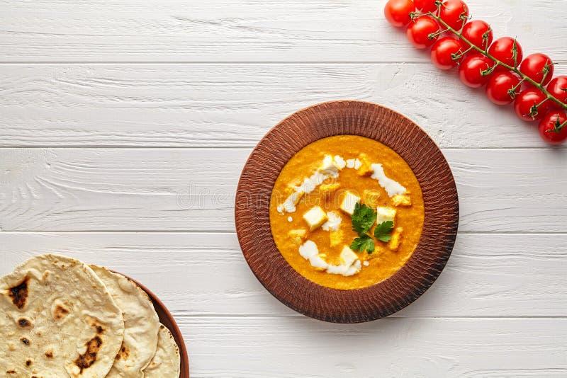 与菜和黄油paneer乳酪的沙赫paneer传统印度素食masala小汤在白色背景 免版税库存图片