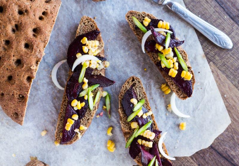 与菜在木背景,顶面v的素食三明治 免版税图库摄影