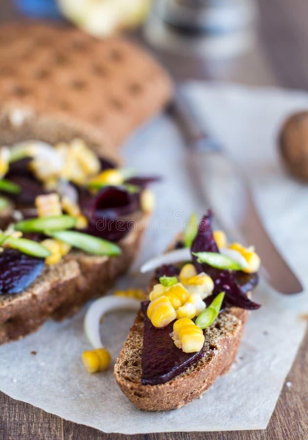 与菜在木背景, clos的素食三明治 免版税库存照片