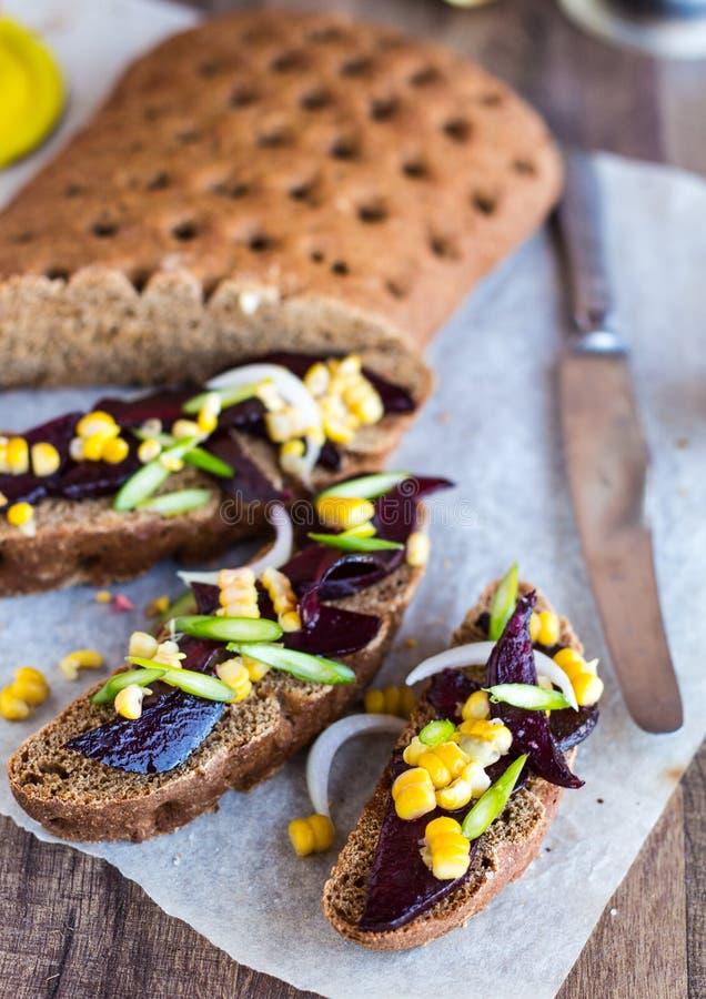 与菜在木背景, clos的素食三明治 图库摄影
