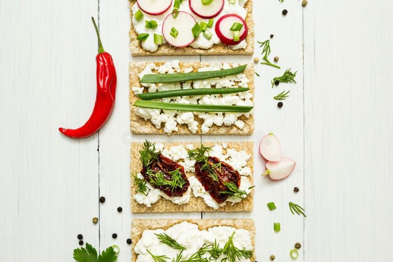 与菜的乳酪开胃菜在白色木背景 在视图之上 吃健康 库存照片