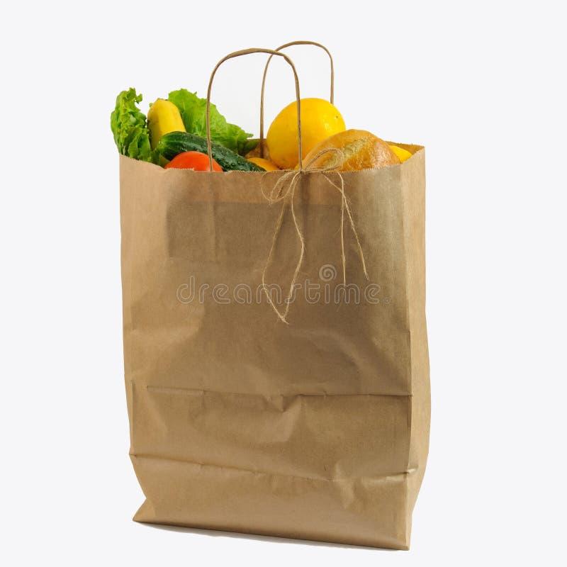 与菜的包装纸袋子 被回收的组装用在白色背景隔绝的新鲜的有机食品 免版税库存图片