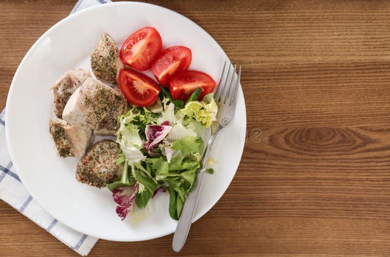 与菜的可口鸡在木桌,顶视图上 多烹饪器材食谱 免版税库存照片