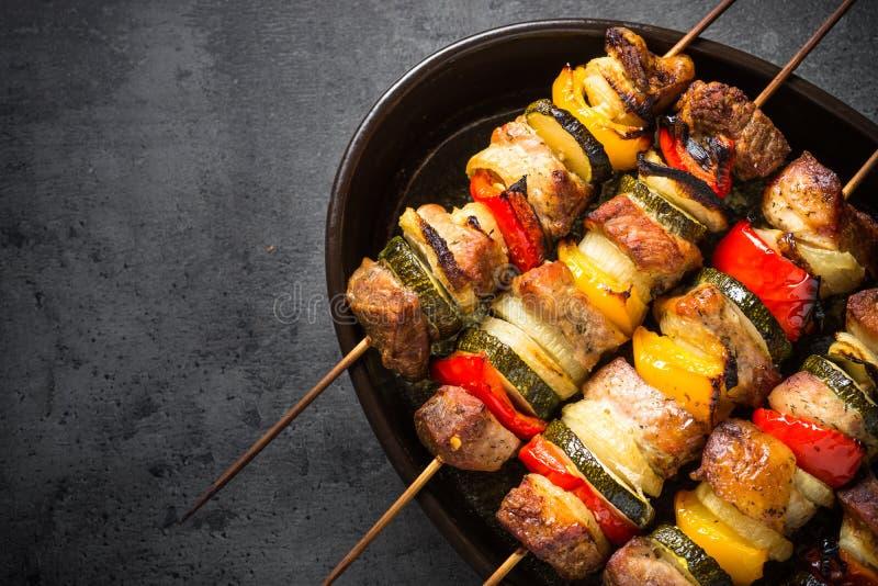 与菜的烤烤肉串在串 库存图片