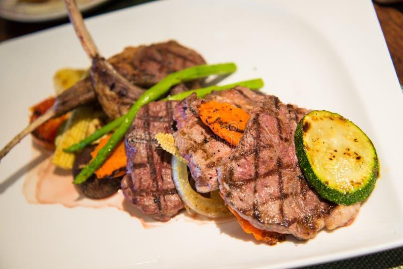 与菜的烤牛肉和羊羔牛排 免版税图库摄影