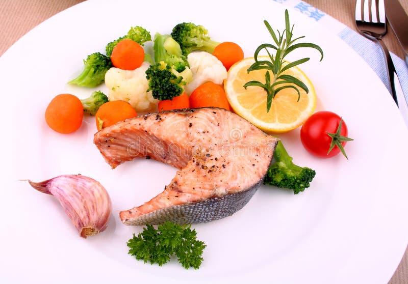 Download 与菜的烤鲑鱼排在白色板材 库存图片. 图片 包括有 油煎, 内圆角, 牛至, 营养素, 健康, 迷迭香, 红萝卜 - 30328433