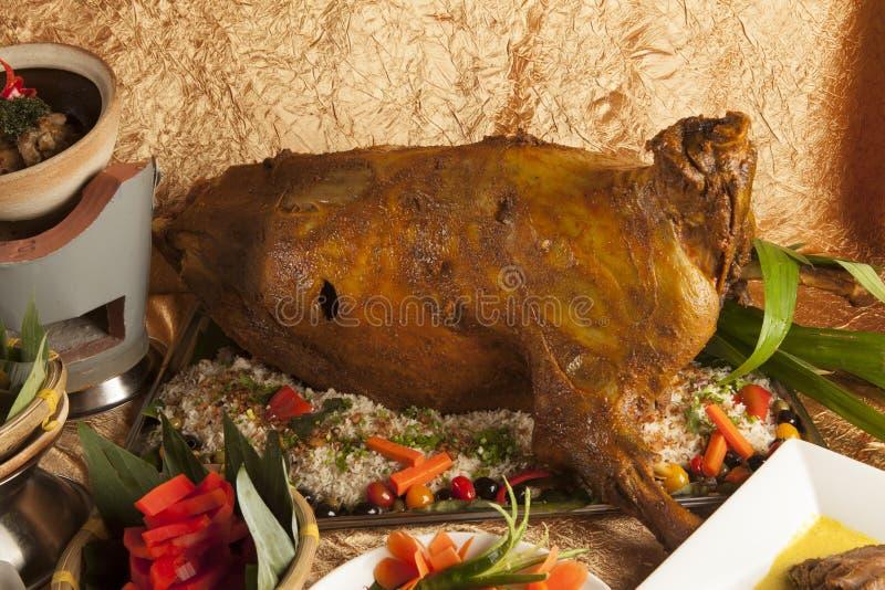 与菜的烤整个山羊燃料丙氨酸在中部冲击 免版税库存图片