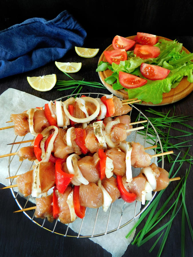 与菜的生肉在串 shashlik烹调的被处理的产品 库存图片