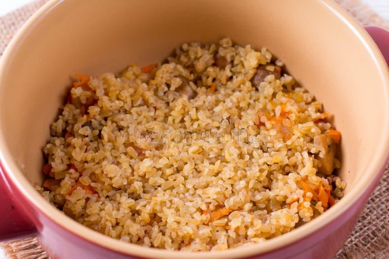 与菜的粥在平底深锅 烹调 免版税库存图片