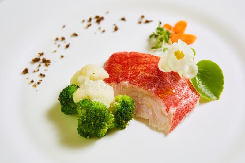 与菜的红鲷鱼 浅DOF 免版税库存照片