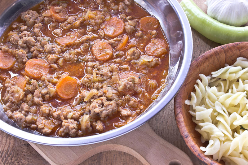 与菜的肉末调味汁在有面团的平底锅烹调了 图库摄影