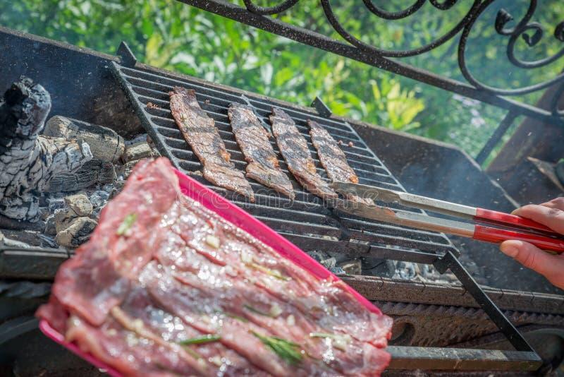 与菜的被分类的可口烤肉在烤肉的煤炭 库存图片