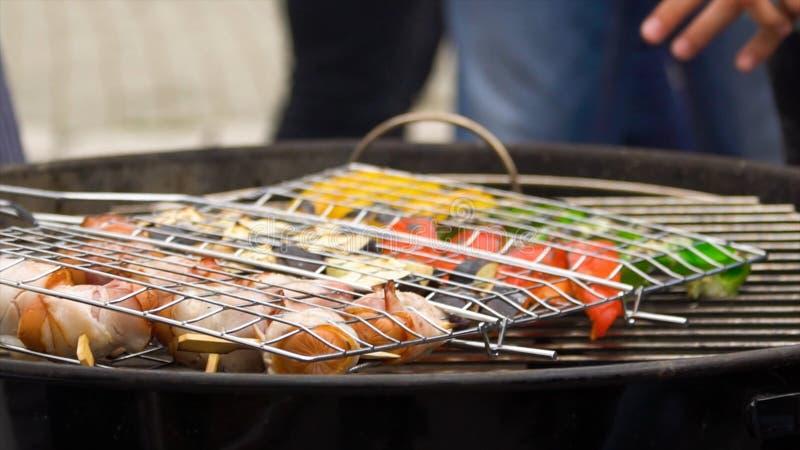 与菜的被分类的可口烤香肠在烤肉的煤炭 在和菜烤的香肠 免版税库存图片