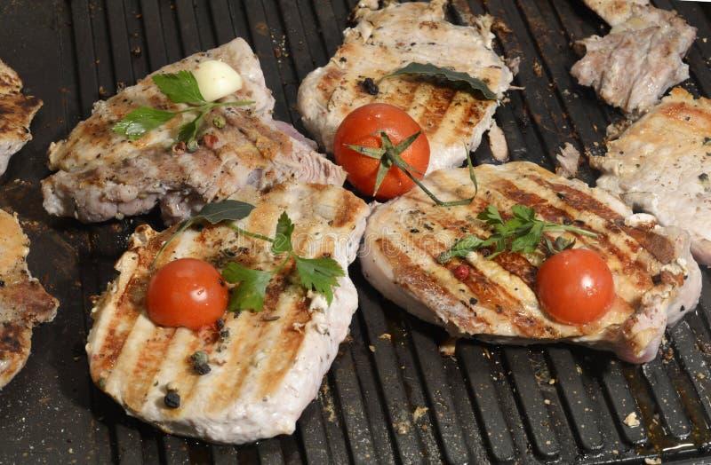 与菜的被分类的可口烤肉在一串烤肉的煤炭在特写镜头 免版税图库摄影