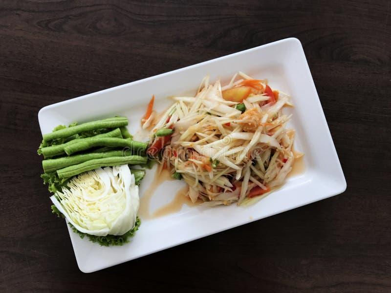 与菜的辣番木瓜沙拉在木桌上 泰国传统 免版税库存照片