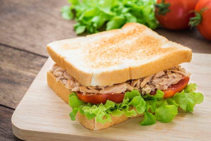 Download 与菜的金枪鱼三明治在木板材 库存照片. 图片 包括有 膳食, 自然, 莴苣, 快速, 饮食, 酥脆, 蕃茄 - 59108512