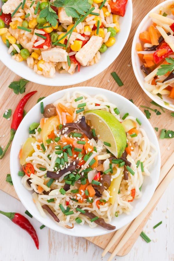 与菜的面条和绿色,与豆腐的炒饭 免版税库存图片