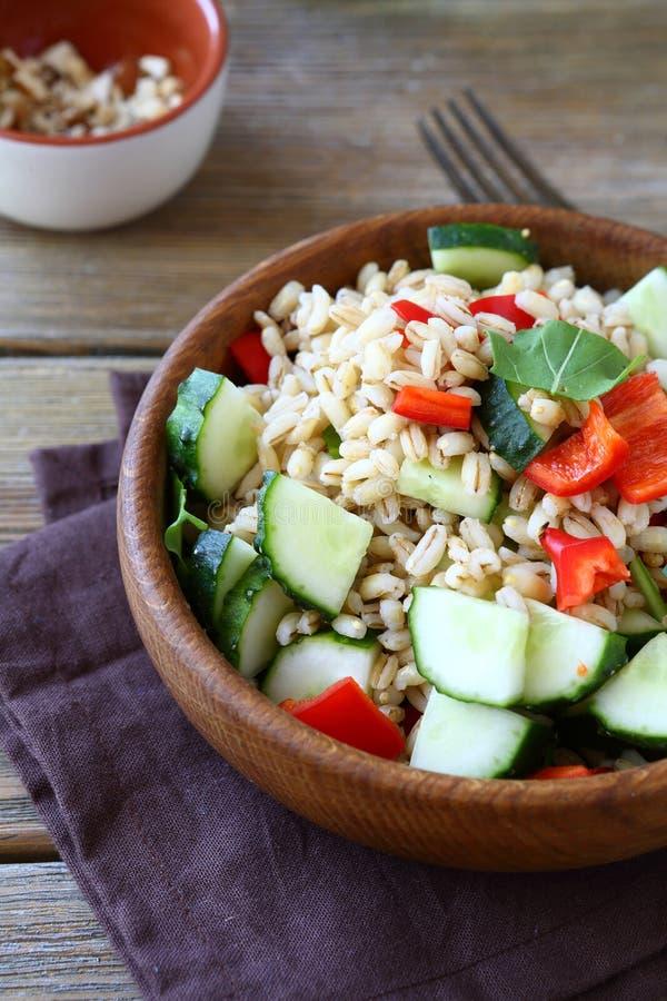 与菜的鲜美大麦米沙拉在一个木碗 库存照片