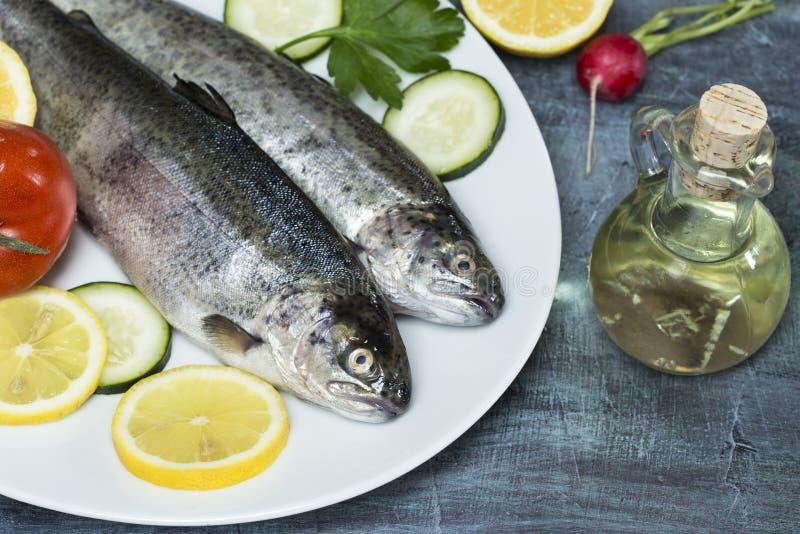 与菜的鳟鱼 免版税库存照片