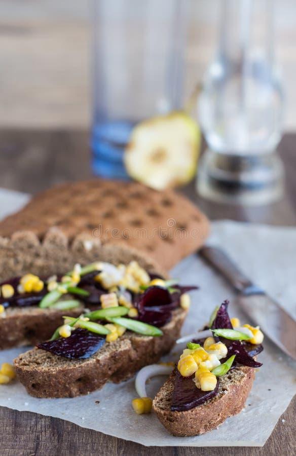 与菜的素食三明治在木背景, vert 免版税库存图片