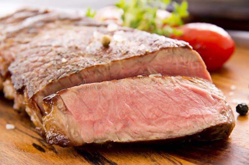 与菜裁减的牛排 免版税图库摄影