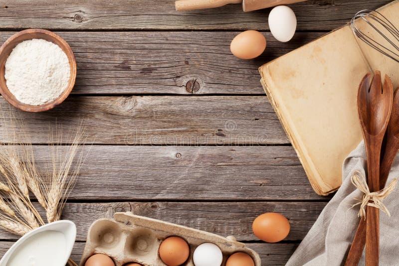 Download 与菜谱、器物和成份的厨房用桌 库存照片. 图片 包括有 减速火箭, 背包, 蛋糕, 面团, 纸张, 食谱 - 72361096