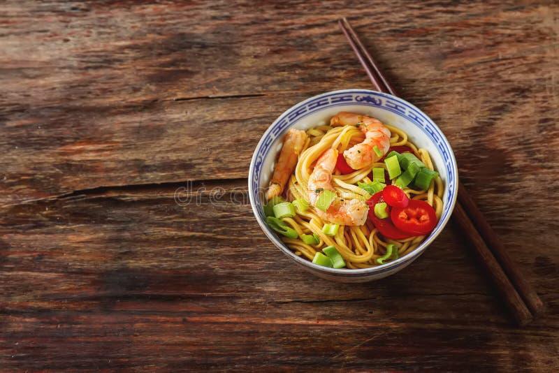 与菜,虾,葱的蓝色陶瓷方便面 库存图片