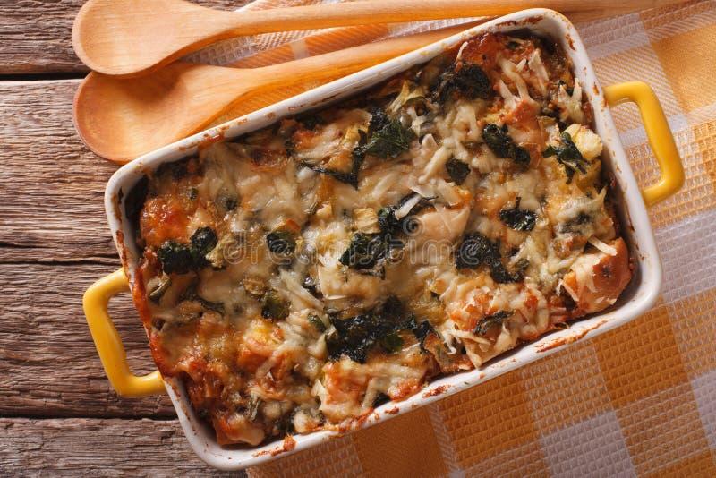 与菠菜、乳酪和面包接近的地层砂锅 horizo 免版税库存照片